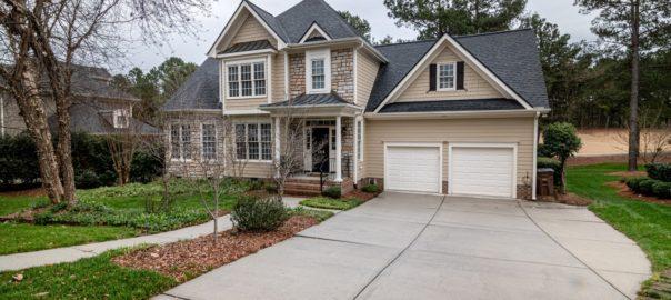 Stort hus med indkørsel og græsplæne