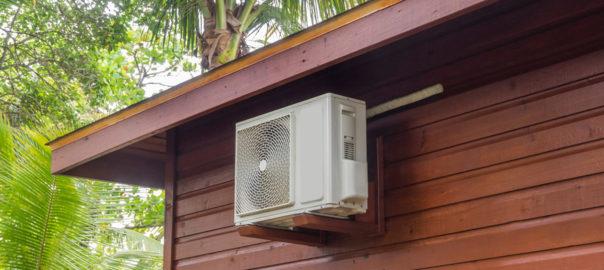 Varmepumpe hænger udenfor på hus