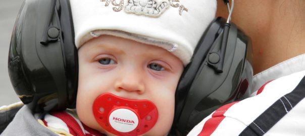 barn har høreværn på