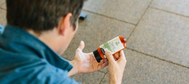 Person bruger cbd olie på håndfladen