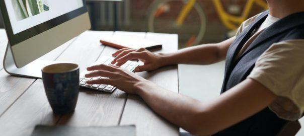 Person bruger computer på arbejdet
