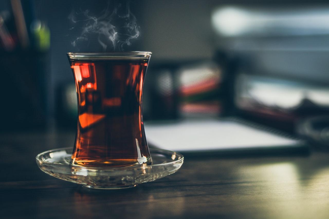 Te i glas der damper fra varmen